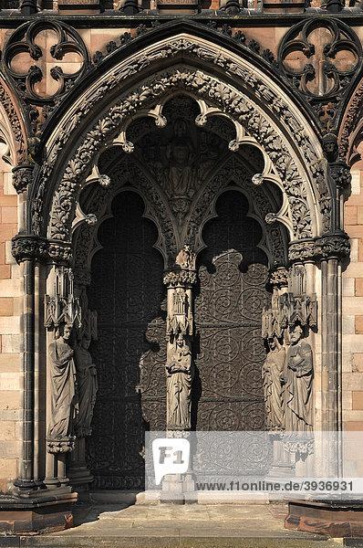 Seitentor  Hauptfassade der Lichfield Kathedrale  Decorated Style  englische Gotik  1256-1340  The Close  Lichfield  England  Großbritannien  Europa