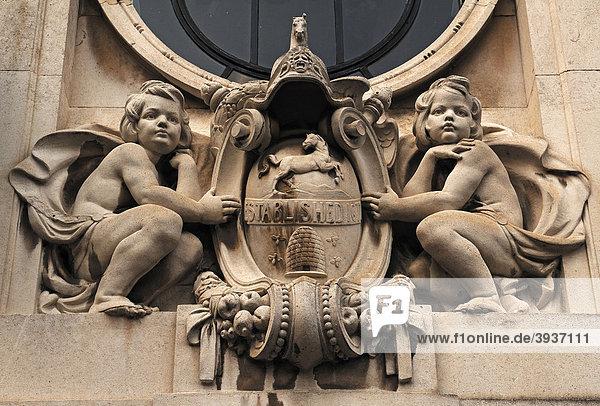 Altes Gebäude  Detail der Lloyds Bank Limited mit Figuren  Market Hill  St. Ives  Cambridgeshire  England  Großbritannien  Europa