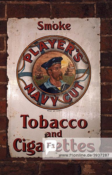 Altes Werbeschild aus Metall für Player's Navy Cut in einem Gasthaus  Cuborough  Staffordshire  England  Großbritannien  Europa Altes Werbeschild aus Metall für Player's Navy Cut in einem Gasthaus, Cuborough, Staffordshire, England, Großbritannien, Europa