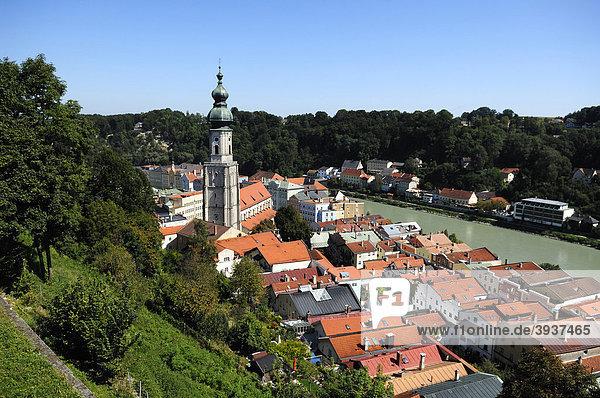 Blick von der Burg auf Burghausen mit Pfarrkirche St. Jakob und dem Fluss Salzach  Burghausen  Oberbayern  Deutschland  Europa