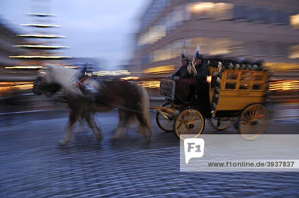 Wischeffekt der alten Postkutsche mit Pferden im Galopp auf der Fleischbrücke während des Nürnberger Christkindlesmarktes  Nürnberg  Mittelfranken  Bayern  Deutschland  Europa