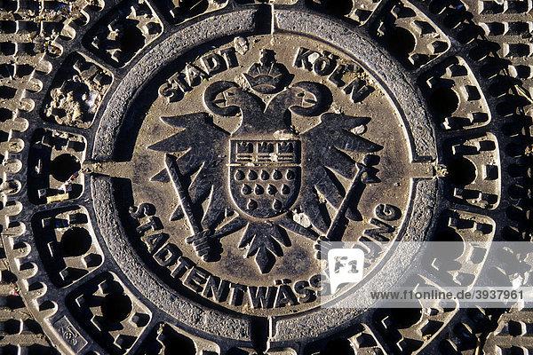 Deckel mit Kölner Stadtwappen  Wappen auf Gullideckel  Kanaldeckel einer Straße  Stadtentwässerung der Stadt Köln  Nordrhein-Westfalen  Deutschland  Europa