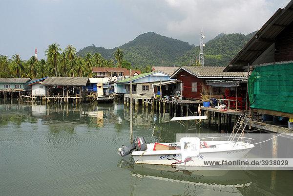 Pier mit Bebauung in der Bang Bao Bucht  Insel Koh Chang  Nationalpark Mu Ko Chang  Trat  Golf von Thailand  Thailand  Asien