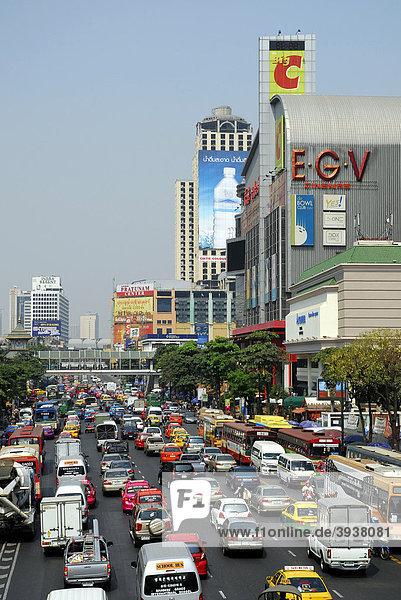Straße mit Autos und sonstigem Stadtverkehr  Gebäude mit Werbung in der Ratchadamri Road  Pathumwan  Pathum Wan Bezirk  Bangkok  Krung Thep  Thailand  Asien