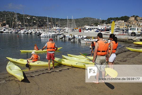 Kanufahren  Kanu fahren im Hafen von Puerto Soller  Port de Soller  Mallorca  Balearen  Balearische Inseln  Mittelmeer  Spanien  Europa