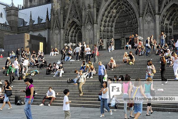 Leute auf der Treppe vor dem Kölner Dom  Domplatte  Köln  Rheinland  Nordrhein-Westfalen  Deutschland  Europa