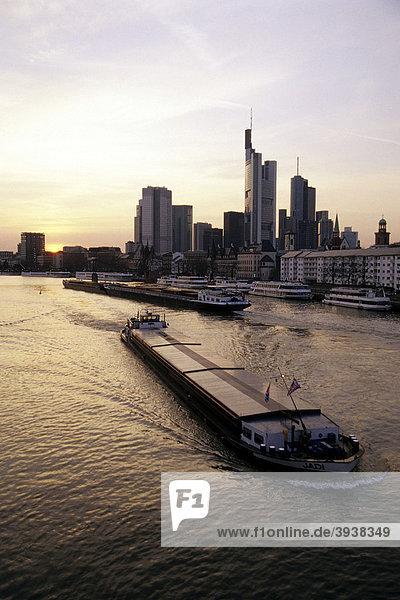 Boote und Häuser am Mainufer  Mainkai  dahinter die Skyline vom Bankenviertel  Frankfurt am Main  Hessen  Deutschland  Europa