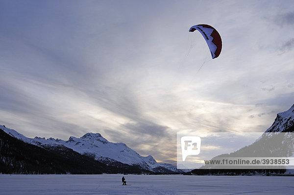 Kitesurfer  Silvaplanasee  Sankt Moritz  Graubünden  Schweiz  Europa Kanton Graubünden
