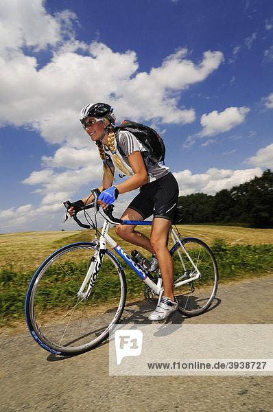 Junge Frau auf Rennrad  Bayern  Deutschland  Europa