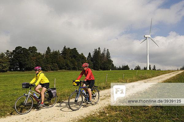 Radfahrer vor Windkraftanlage bei Le Pont de Martel  Kanton Vaude  Schweiz  Europa Kanton Waadt