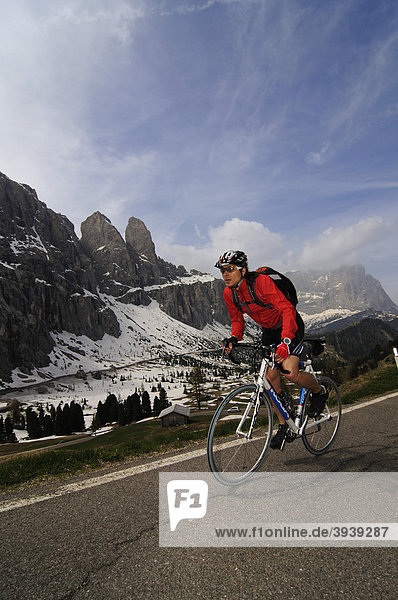 Bike racer at the Passo Gardena  Gardena Pass  South Tyrol  Italy  Europe