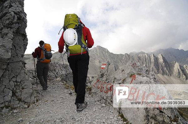 Wanderer  Zugspitzblick  Goetheweg  Karwendelgebirge  Innsbruck  Tirol  Österreich  Europa