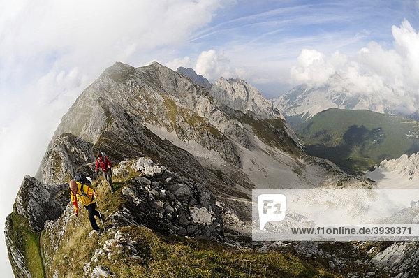 Goetheweg  Wanderer  Karwendelgebirge  Innsbruck  Tirol  Österreich  Europa