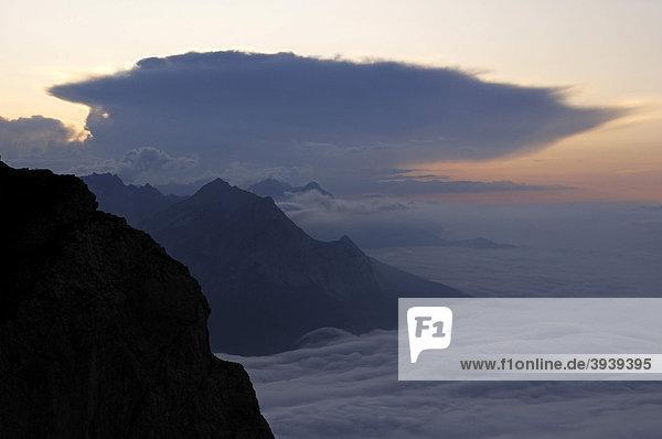 Mittenwalder Höhenweg  Mittenwald in Wolken  Karwendelgebirge  Bayern  Deutschland  Europa