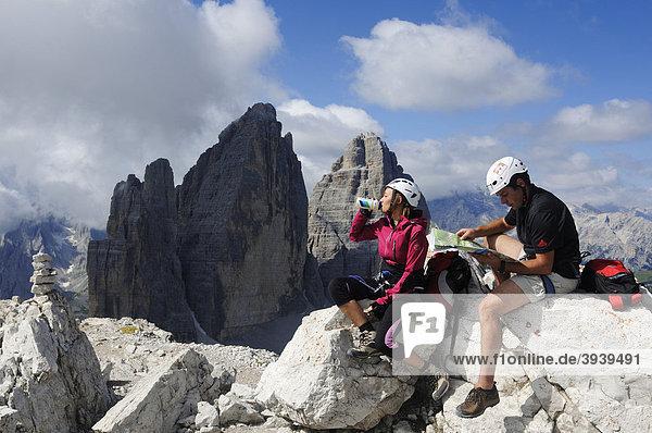 Kletterer bei Klettersteig-Tour auf den Paternkofel  Drei Zinnen  Hochpustertal  Sextener Dolomiten  Südtirol  Italien  Europa