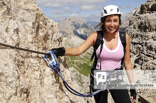 Kletterin bei Klettersteig-Tour auf den Paternkofel  Hochpustertal  Sextener Dolomiten  Südtirol  Italien  Europa