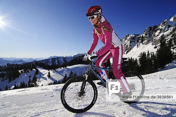 Mountainbikerin  MTB mit Spikes-Reifen  Kampenwand  Chiemgau  Bayern  Deutschland  Europa
