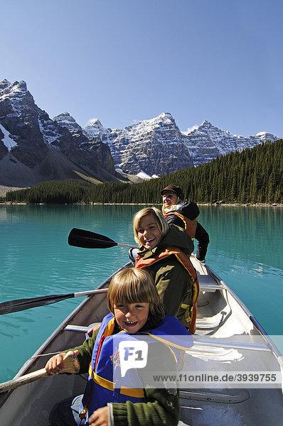 Frau und Kinder in Paddelboot  Moraine Lake  Banff Nationalpark  Alberta  Kanada
