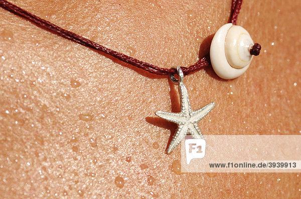 Halskettchen mit Muschel und Seestern  Ibiza  Pityusen  Balearen  Spanien  Europa