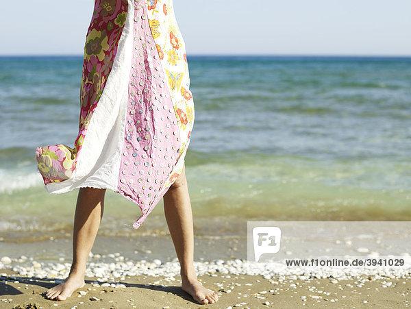 Frau im wehenden Strandkleid am Strand auf der Insel Samos  östliche Ägäis  Griechenland  Europa
