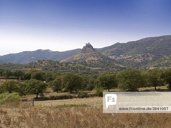 Burgos mit Burgruine Castello di Gocheano im mittleren Teil von Sardinien  Italien  Europa