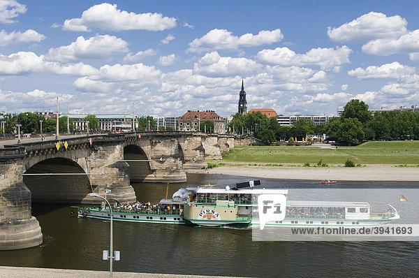 Ausflugsdampfer auf der Elbe  Augustusbrücke  Blick auf Neustadt  Dresden  Sachsen  Deutschland  Europa