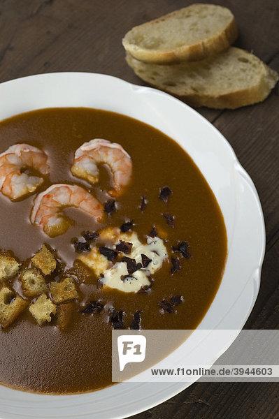 Fischsuppe  Soupe de Poisson  mit Crevetten  Croutons und Dulse (Palmaria palmata)  eine Rotalge