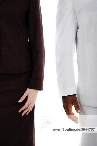 Dunkelhäutiger Mann und weiße Frau stehen nebeneinander