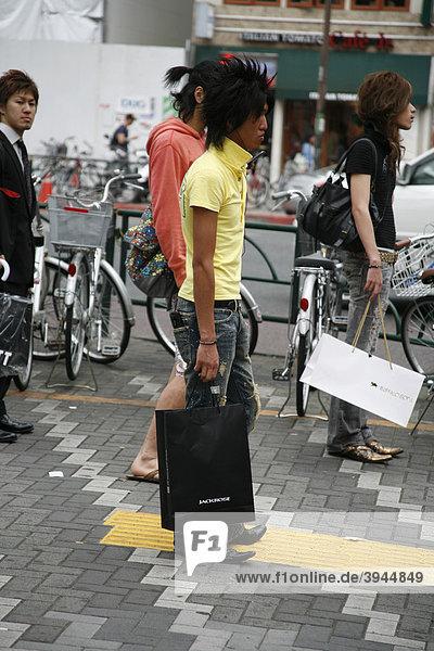 Modischer Mann im Szeneviertel Shinjuku  Tokio  Japan  Asien