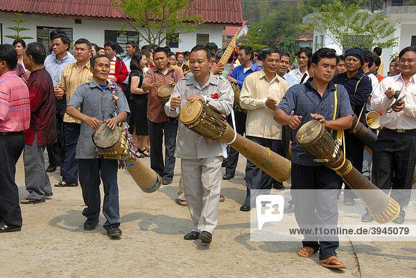 Ethnologie  Männer der Phunoi Ethnie  Musikanten machen Musik auf Trommeln  Pi Mai  Laotisches Neujahrsfest  Volksfest  Phongsali Stadt  Phongsali Provinz  Phongsaly  Laos  Südostasien  Asien
