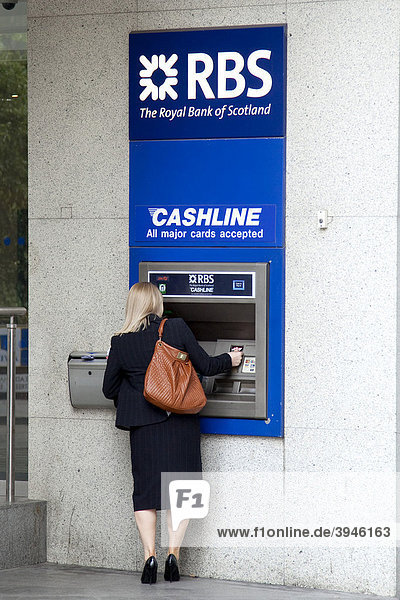 Frau am Geldautomat der RBS  Royal Bank of Scotland  in London  England  Großbritannien  Europa