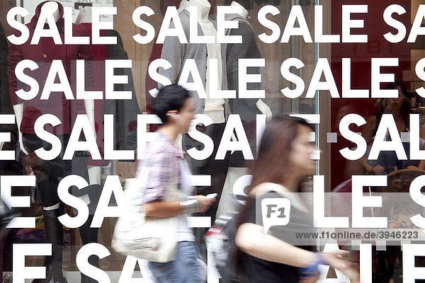 Geschäft mit Schlussverkauf  Sale  in der Oxford Street in London  England  Großbritannien  Europa