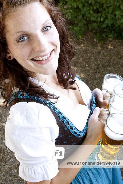 Bedienung im Dirndl  Biergläser  in einem bayerischen Biergarten  Regensburg  Bayern  Deutschland  Europa