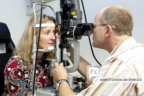 Operative Laserbehandlung am Auge in einer Augenarztpraxis