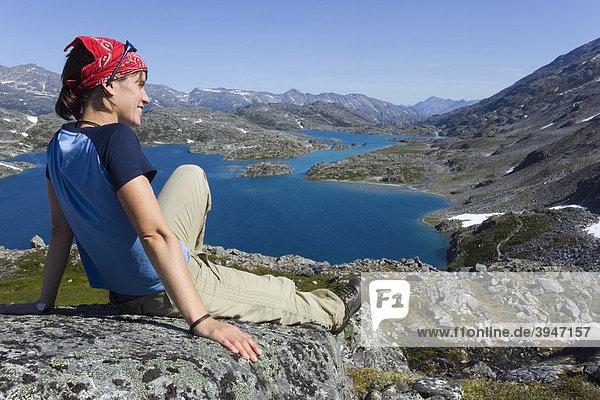 Junge Wanderin genießt das Panorama vom Gipfel des historischen Chilkoot Passes  Chilkoot Trail  Crater Lake See dahinter  alpine Tundra  Yukon Territory  British Columbia  BC  Kanada