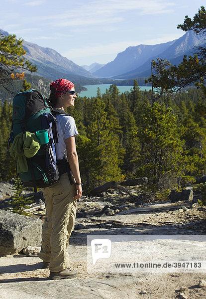 Junge Frau genießt den Blick auf den Lake Bennett See  Wandern  Wanderin mit Rucksack  historischer Chilkoot Pass  Chilkoot Trail Wanderweg  Yukon Territory  British Columbia  BC  Kanada
