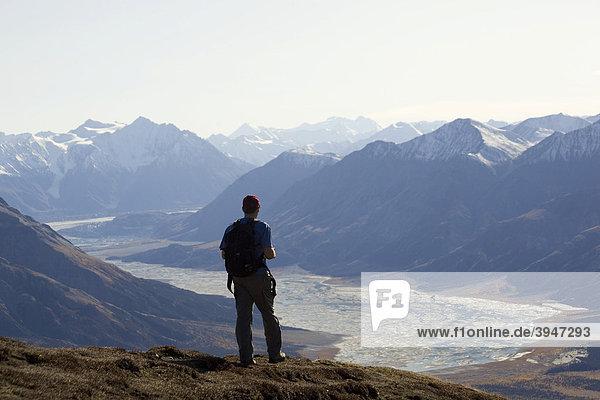 Wanderer genießt Panorama  Blick von Sheep Mountain ins Slim's River Valley  Kaskawulsh Gletscher  St. Elias Mountains  Kluane Nationalpark und Reservat  Yukon Territory  Kanada