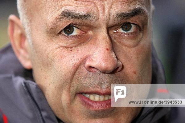 Christian Gross  Trainer des Fußball-Bundesligisten VfB Stuttgart  Portrait