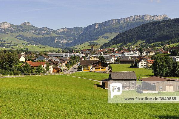 Kantonshauptstadt Appenzell  hinten das Alpsteingebirge  Kanton Appenzell  Schweiz  Europa