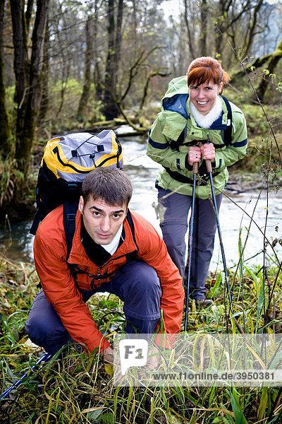 Ein Paar wandert im herbstlichen Wald