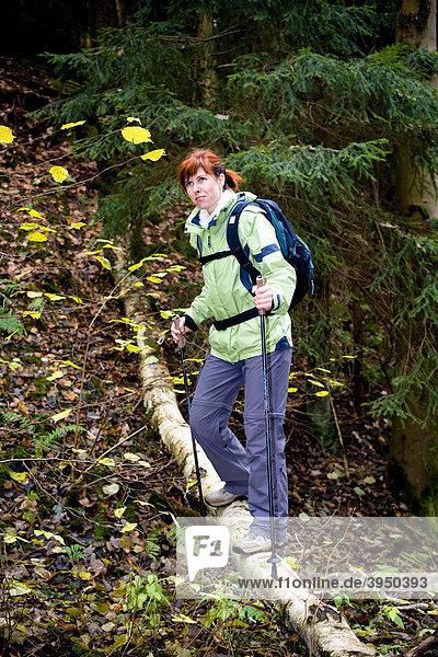 Frau wandert im herbstlichen Wald