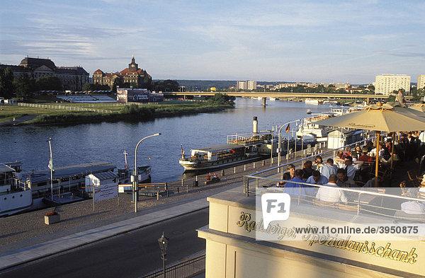 Terrasse Restaurant Radeberger Spezialausschank  Blick über die Elbe  Brühlsche Terrasse  Dresden  Sachsen  Deutschland  Europa