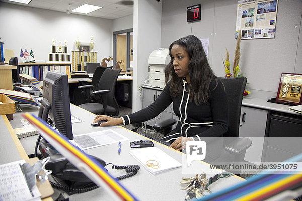 Sekretärin der Detroit Public Schools bei der Arbeit an der Cass Technical High School  Detroit  Michigan  USA