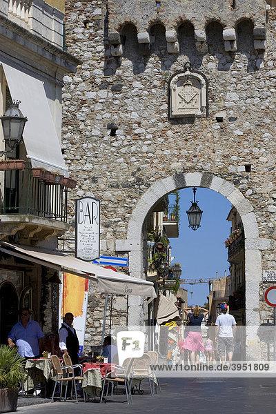 Hauptstraße Corso Umberto  Stadttor  Taormina  Provinz Messina  Sizilien  Italien  Europa