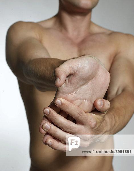 Mann  nackter Oberkörper  Muskeln  Hände