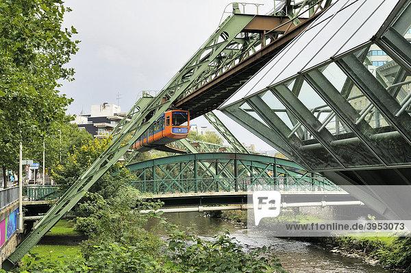Schwebebahn  Wuppertal  Nordrhein-Westfalen  Deutschland