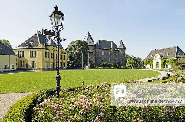 Jagdschloss  Wasserburg Linn  Schlosspark  Burg  Museum  Krefeld  Nordrhein-Westfalen  Deutschland  Europa