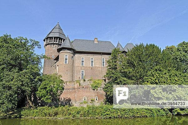 Schlosspark  Wassergraben  Wasserburg Linn  Museum  Krefeld  Nordrhein-Westfalen  Deutschland  Europa