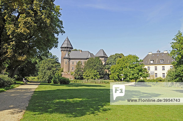 Schlosspark  Wasserburg Linn  Jagdschloss  Burg  Museum  Krefeld  Nordrhein-Westfalen  Deutschland  Europa
