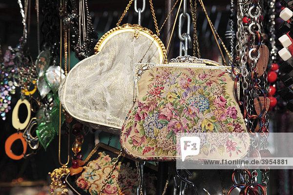 Alte Handtaschen  Portobello Market in London  England  Großbritannien  Europa Alte Handtaschen, Portobello Market in London, England, Großbritannien, Europa